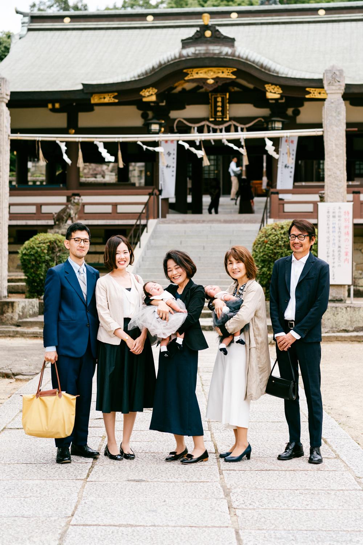 お宮参りをするご家族の集合写真