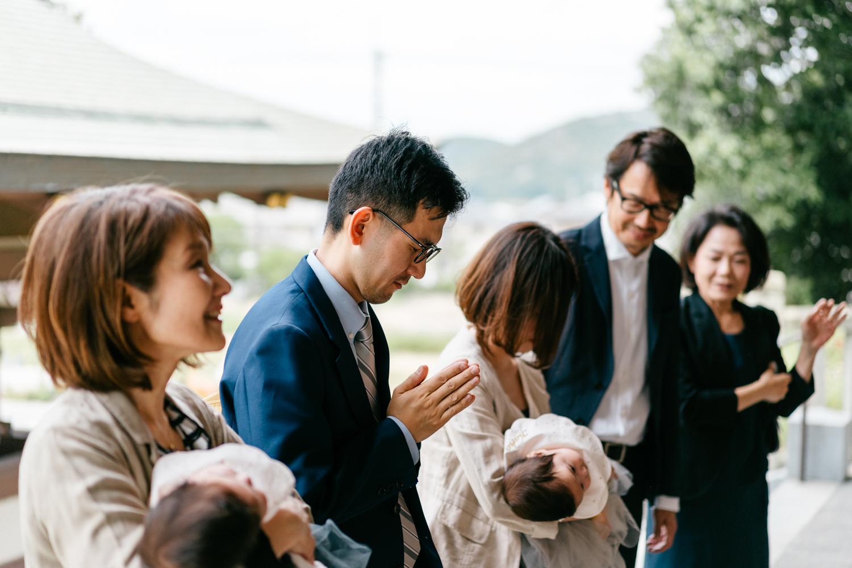 神社でお参りするご家族の撮影