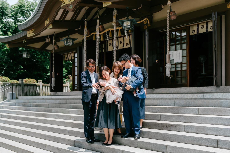 お宮参り中のご家族の撮影