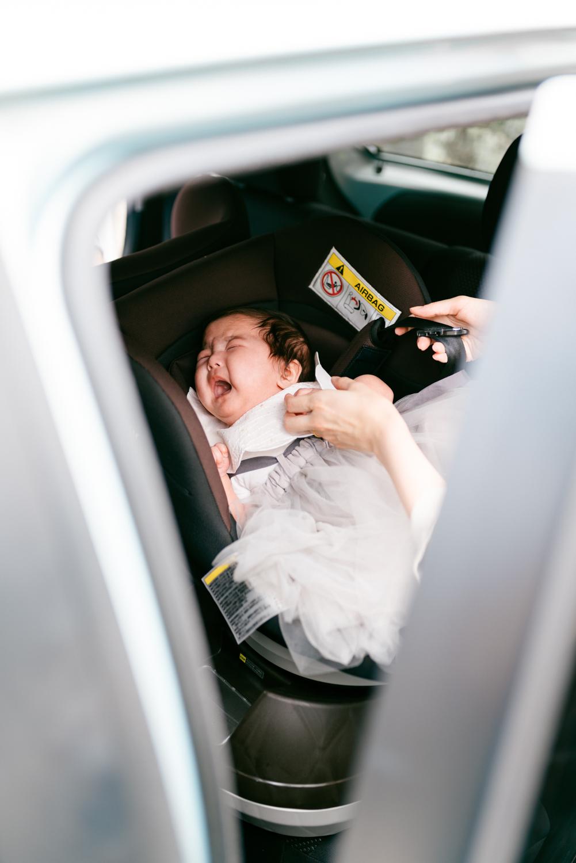 チャイルドシートに赤ちゃんを載せているところ